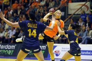 Oranje-troef Estavana Polman torent hoog boven haar Spaanse opponenten uit. Foto: Edwin Verheul.